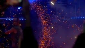 Funcionamiento y fuegos artificiales de la demostración del fuego en el concierto Cámara lenta metrajes