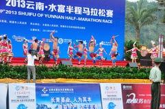 Funcionamientos étnicos de la danza de Yunnan Imagen de archivo libre de regalías