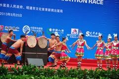 Funcionamientos étnicos de la danza de Yunnan Foto de archivo libre de regalías