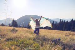 Funcionamientos alegres del adolescente a lo largo del prado alpino Imagenes de archivo