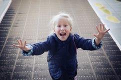 Funcionamientos alegres y entusiastas del niño de la muchacha hacia Imagen de archivo libre de regalías