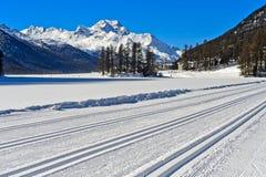 Funcionamientos de esquí a campo través en el lago Silvaplana Imagen de archivo