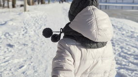 Funcionamientos de la chica joven en invierno almacen de metraje de vídeo