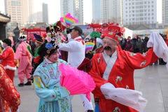 Funcionamientos de la danza de Yangko en ferias del templo en CHINA Imagenes de archivo