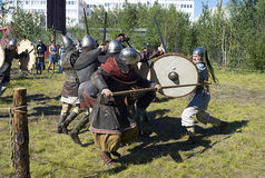 Funcionamientos de la demostración de las espadas, de las hachas y de los escudos de cercado de los combatientes El festival de l Fotos de archivo libres de regalías