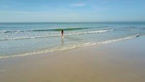 Funcionamientos de la muchacha al pelo que agita del mar contra horizonte distante almacen de metraje de vídeo