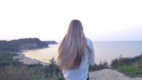 Funcionamientos de la muchacha en la puesta del sol almacen de video