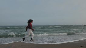 Funcionamientos de la muchacha en las ondas en zapatos almacen de video