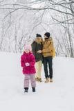 Funcionamientos de la muchacha lejos de sus padres en amor Imagen de archivo libre de regalías