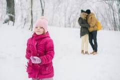 Funcionamientos de la muchacha lejos de sus padres en amor Foto de archivo