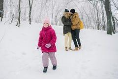 Funcionamientos de la muchacha lejos de sus padres en amor Fotos de archivo libres de regalías