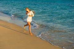 Funcionamientos de la muchacha a lo largo de la costa Imagen de archivo libre de regalías