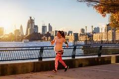 Funcionamientos de la mujer embarazada a lo largo del río Támesis en Londres imagenes de archivo