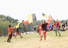Funcionamientos de los juglares con las banderas Imagen de archivo libre de regalías