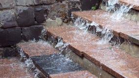Funcionamientos del agua de lluvia abajo de los pasos foto de archivo libre de regalías