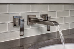 Funcionamientos del agua del grifo del cuarto de baño Imagen de archivo