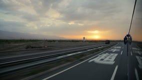 Funcionamientos del autob?s en la carretera en la puesta del sol, China almacen de metraje de vídeo