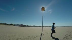 Funcionamientos del muchacho a lo largo de la costa almacen de metraje de vídeo
