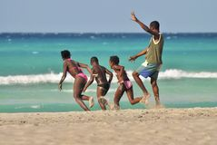 Funcionamientos del papá con los niños felices en la costa costa Fotos de archivo