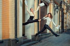Funcionamientos felices de la muchacha fuera de la oficina Imagen de archivo libre de regalías