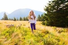 Funcionamientos felices del adolescente a lo largo del prado alpino Fotografía de archivo