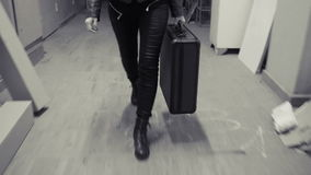 Funcionamientos jovenes de la mujer de negocios lejos con la maleta almacen de video