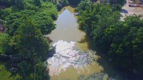 Funcionamientos y vueltas amplios del río de la visión aérea en la cascada del elefante almacen de metraje de vídeo