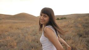 Funcionamientos y vueltas sonrientes de la mujer almacen de metraje de vídeo