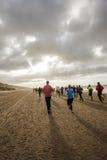 Funcionar con un maratón de la playa Imagen de archivo libre de regalías