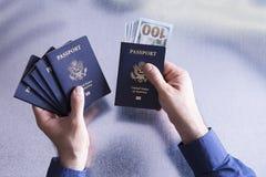 Funcionario de aduanas que toma un soborno Imagen de archivo