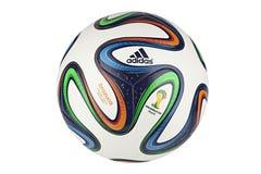 Funcionario Matchball del mundial 2014 de Adidas Brazuca Fotografía de archivo libre de regalías
