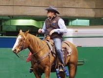 Funcionario Roping del becerro a caballo Imágenes de archivo libres de regalías