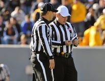 Funcionarios americanos del partido de fútbol que hablan - árbitro fotos de archivo libres de regalías