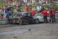 Funcionarios con los coches arruinados fotos de archivo
