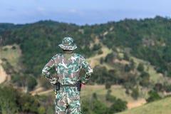Funcionarios del soldado o del bosque que miran la montaña imagen de archivo libre de regalías