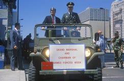 Funcionarios militares en jeep imagenes de archivo