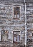 Funcione abaixo da casa de madeira de Riga Fotos de Stock Royalty Free