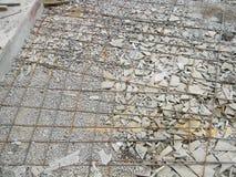 Fundação com quadro das barras de ferro para pavimentar Pavimento concreto novo de construção para o pátio fotografia de stock