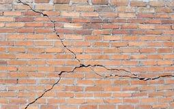 Fundação rachada do tijolo imagem de stock