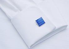 Funda de una camisa blanca con la conexión de pun¢o imagen de archivo