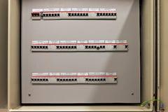Funda la caja del panel de control con tres filas de fusibles dedicados Imágenes de archivo libres de regalías