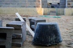 Fundación concreta de una nueva casa, construcción de la pared Imágenes de archivo libres de regalías