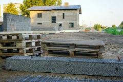 Fundación concreta de una nueva casa, construcción de la pared Fotos de archivo