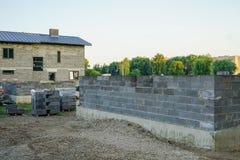 Fundación concreta de una nueva casa, construcción de la pared Imagenes de archivo