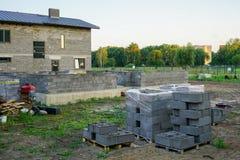Fundación concreta de una nueva casa, construcción de la pared Foto de archivo libre de regalías