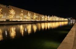 Fundación de Stavros Niarchos adornada con las luces de la Navidad Imagen de archivo libre de regalías