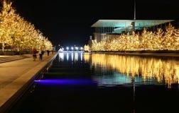 Fundación de Stavros Niarchos adornada con las luces de la Navidad Imágenes de archivo libres de regalías