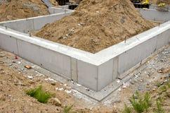 Fundación del bloque de cemento para la casa urbana Fotografía de archivo