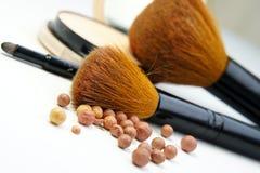 Fundación, polvo, bronzer y cepillos del maquillaje Foto de archivo