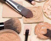 Fundacyjni makeup produkty na zmiętym papierze zdjęcie stock